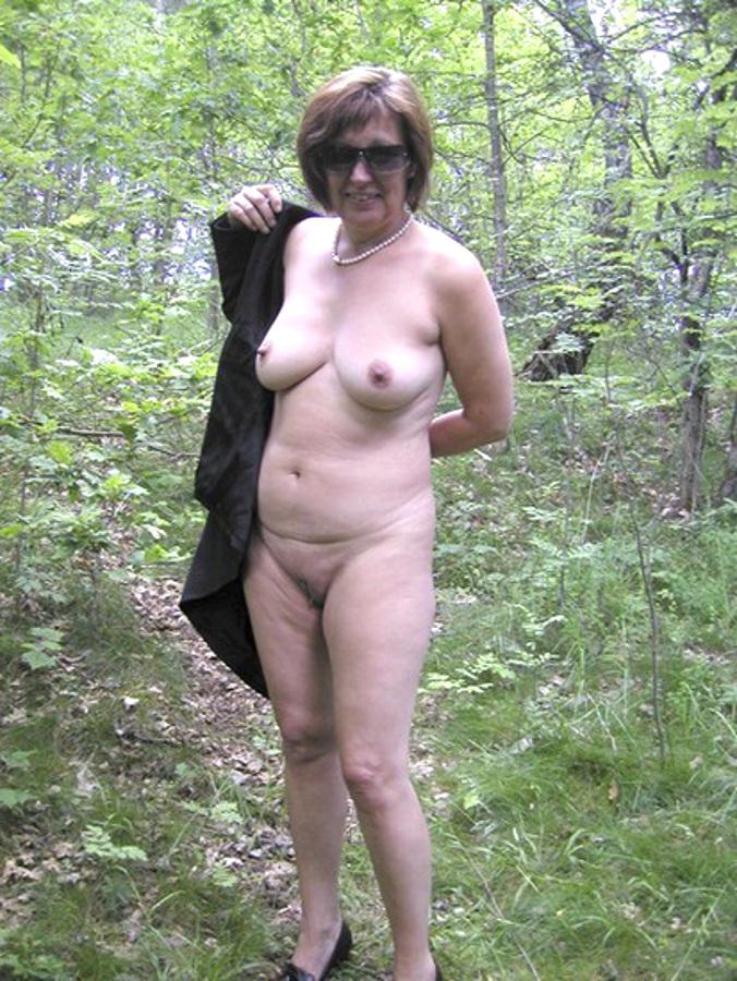 nue dans les bois vieille à poil